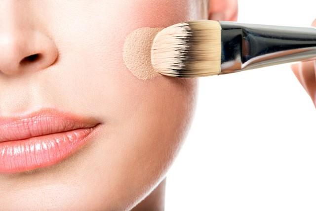 7. Luôn dùng phấn nền Foundation. Các loại phấn nền Foundation luôn giúp làn da của bạn trông mềm mại, mịn màng và có độ che phủ tốt hơn so với BB Cream. Vì vậy, nếu muốn sở hữu lớp trang điểm tự nhiên, rạng rỡ và bền bỉ trong suốt thời gian chơi tết, bạn nên ưu ái loại mỹ phẩm này.