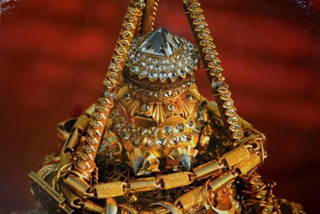 Tháp chính của chùa cao tới 98 m, toàn bộ được dát bằng những tấm vàng mỏng do thợ thủ công chế tác theo kỹ thuật truyền thống. Phần hình vương miện được nạm 5448 viên kim cương và 2317 viên hồng ngọc, trên cùng là một viên kim cương 76 carat. Người dân nơi đây thường cúng các tấm vàng cho nhà chùa để dát lên tháp.