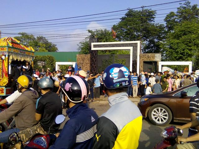 Đoàn xe tang chuẩn bị lên đường đưa 6 nạn nhân vụ thảm sát đi án táng
