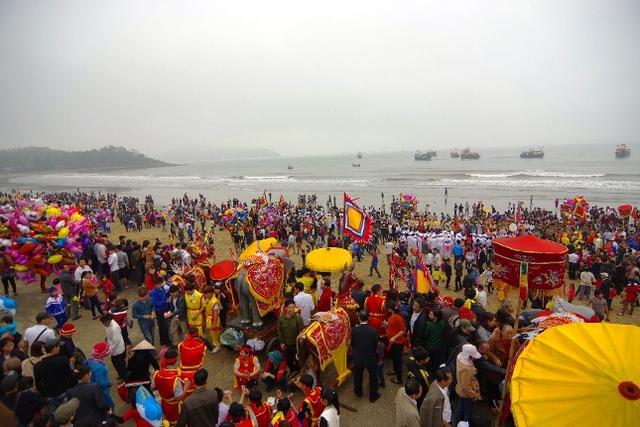Rất đông du khách thập phương về tham dự lễ hội và  dâng hương tại đền Cờn