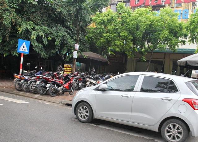 Ô tô, xe máy chiếm lối người đi bộ ở quán bia hơi Hải Xồm 91 đường Hoàng Quốc Việt