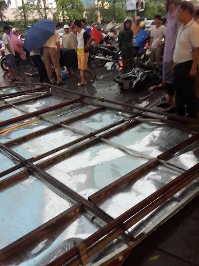 Một tấm biển quảng cáo rơi trên phố Đinh Tiên Hoàng khiến 1 người đi xe máy bị thương