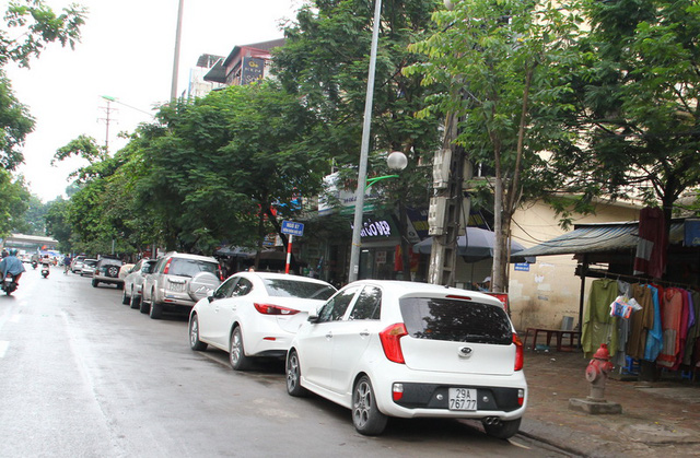 Ô tô đỗ dưới lòng đường kéo dài từ quán bia Hải Xồm số 91 đường Hoàng Quốc Việt lên tận đường Bưởi
