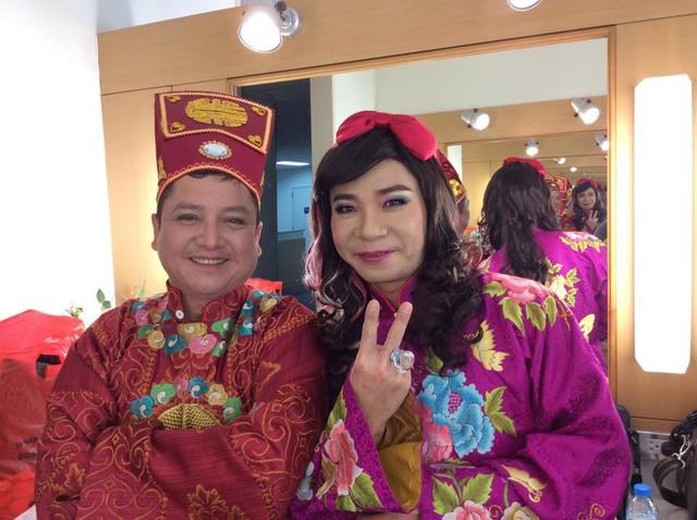 Chí Trung và cô Đẩu Công Lý được tạo hình với bộ trang phục quen thuộc.