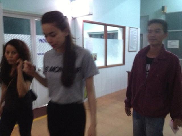 Nhạc sĩ Nguyễn Hồng Thuận chia sẻ hình ảnh giọng ca Em không cần anh đến bệnh viên thăm hỏi các nạn nhân.