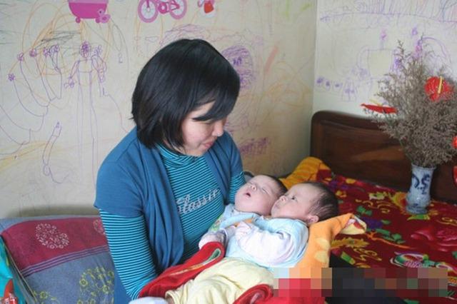 Chị Dung với  cặp song sinh Hoàng Đức, Hoàng Hải                                            (ảnh tư liệu)