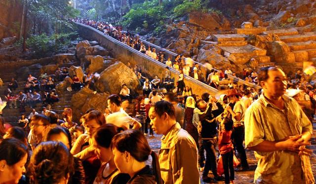 Động Hương Tích luôn là điểm nóng về vấn đề ùn tắc, đông đúc. Mặc dù vẫn còn rất sớm nhưng lượng người đổ về đây cũng ngày một đông.