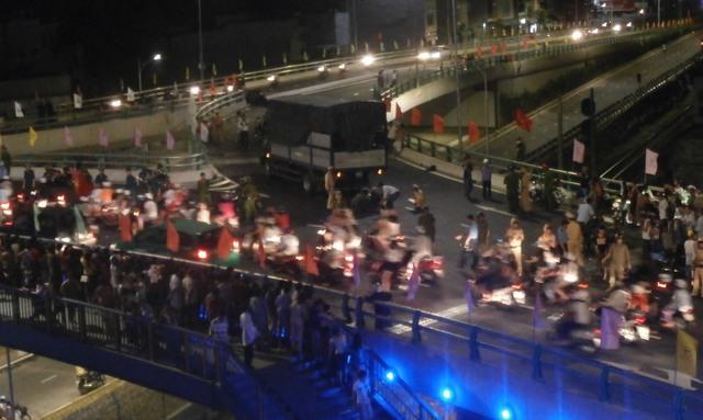 Nhiều người dân hiếu kỳ tụ tập trên cầu theo giõi vụ việc