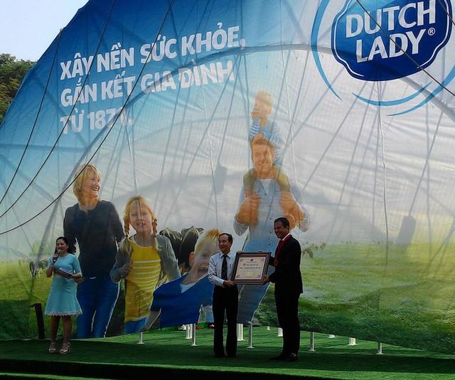 Đại diện Friesland Campina Việt Nam nhận kỷ lục Guinness Việt Nam về bình sữa lớn nhất.