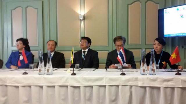 Bộ trưởng Bộ Y tế (ngoài cùng bên phải) tại hội nghị