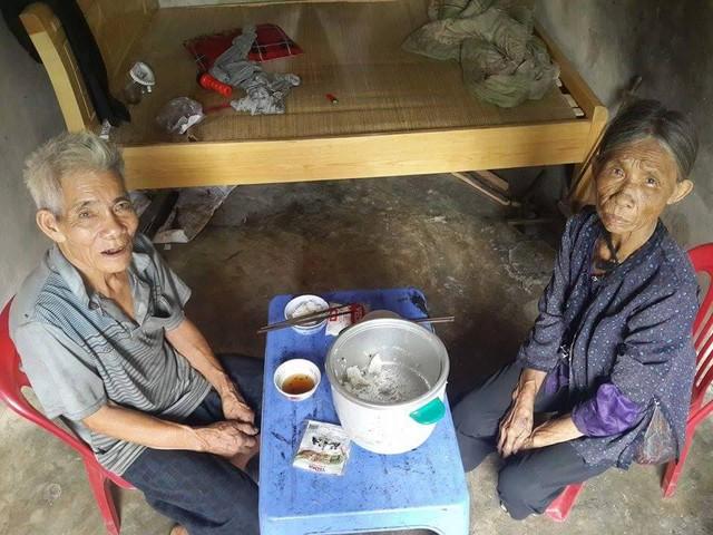 Ông Đào và vợ đang dùng bữa trưa thì có khách tới thăm. Ảnh: X.Thắng