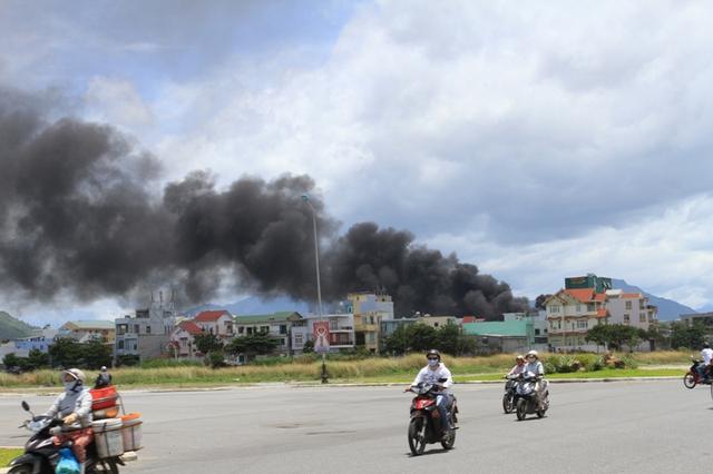 Vụ cháy lớn, đi từ xa thấy cột khói bốc lên nghi ngút, bao trùm một góc trời...