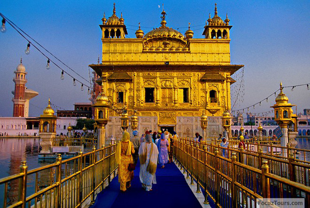 Ngoài phần chân làm bằng đá hoa cương trắng, gần như toàn bộ ngôi đền được dát vàng với những họa tiết, phù điêu trang trí đầy tính nghệ thuật.
