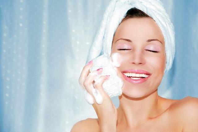 2. Ngừa mụn bằng sữa rửa mặt. Các loại sữa rửa mặt có chứa axit salicylic, axit citric và acid glycolic làm giảm các tế bào da chết, ngăn chặn chất nhờn, bụi bẩn bịt kín lỗ chân lông. Từ đó tránh nguy cơ mụn bùng phát trên da mặt vốn rất dễ gặp khi tiết trời nóng bức.