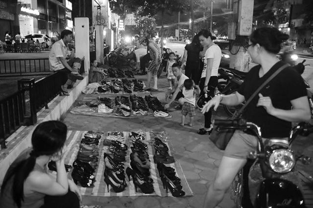 Chợ đồ cũ vào buổi tối.   Ảnh:  H.P