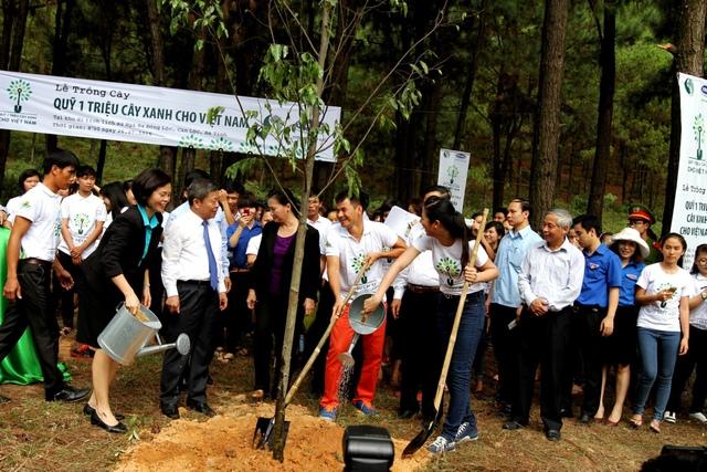 Bà Bùi Thị Hương – Giám Đốc Điều Hành Vinamilk tham gia trồng cây tại khu di tích lịch sử Ngã Ba Đồng Lộc tỉnh Hà Tĩnh