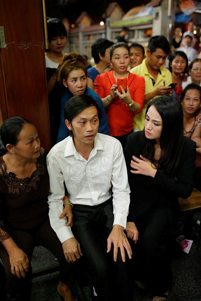 Sau đó, danh hài cùng ca sĩ Duyên Anh Idol (ngoài cùng bên phải) trò chuyện, an ủi người thân của nam diễn viên.