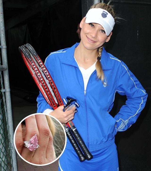 Nhẫn của Anna Kournikova (2,5 triệu USD). Anna Kournikova và Enrique Iglesias đã hẹn hò trong một khoảng thời gian khá dài. Ca sĩ nổi tiếng đã tặng cho bạn gái lâu năm của mình một chiếc nhẫn kim cương hồng tuyệt đẹp. Rõ ràng, nữ vận động viên quần vợt cực kỳ tự hào khi đeo nó trên tay
