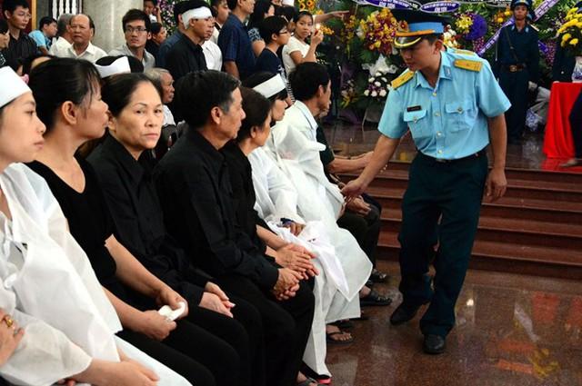 Lãnh đọa Bộ Quốc phòng thăm hỏi, chia sẻ với gia đình hai phi công hy sinh trong lúc làm nhiệm vụ.