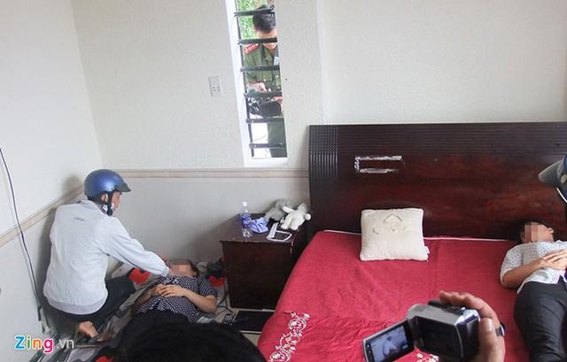 Dương và Tiến vào phòng ngủ của Linh và Như (con và cháu chủ nhà) khống chế, trói hai cô gái này vào cửa sổ.