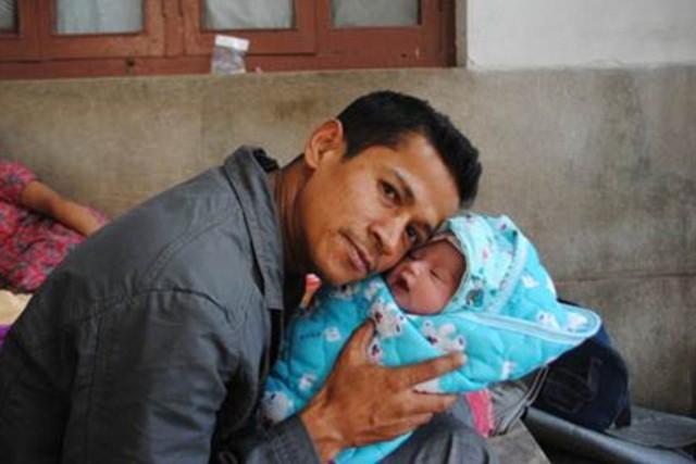 Anh Bharat bên con gái mới sinh sau động đất. Ảnh: Daily Mail