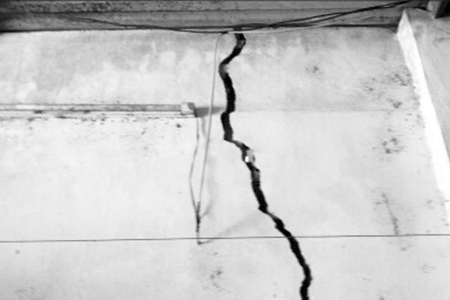 Công trình nhà ở bị hư hại nặng do ảnh hưởng từ việc thi công tuyến đường cao tốc. Ảnh: M.Lý