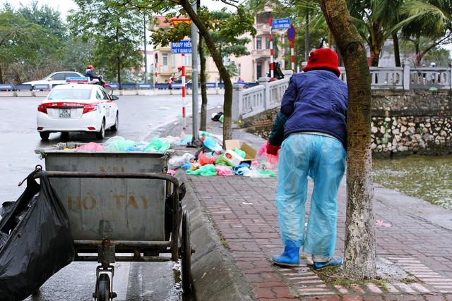 Đoạn đầu hồ Tây giao với Lạc Long Quân, mặc dù được chuẩn bị một xe đựng rác cách vài chục mét nhưng túi nilo, thùng giấy được vứt thành đống