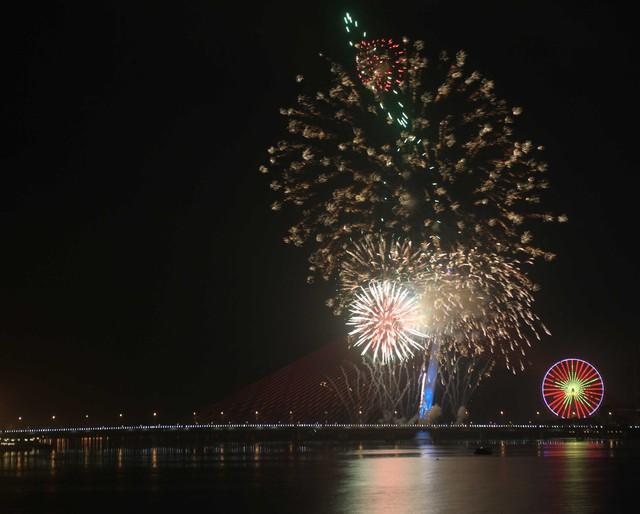 Những màn pháo hoa rực sáng trên sông Hàn...