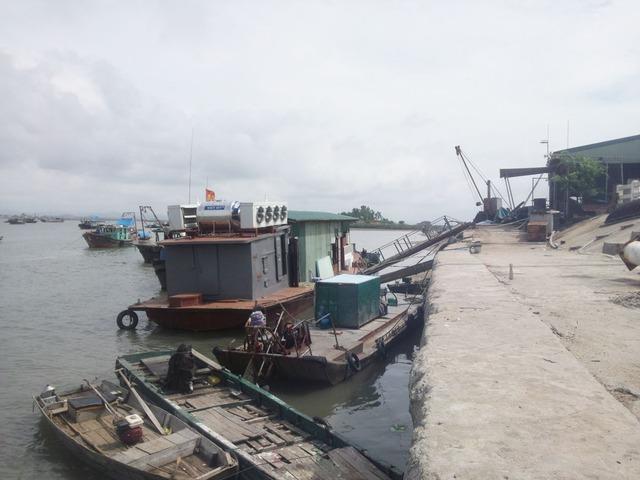 Tàu thuyền tại khu vực Cảng Vạn Gia