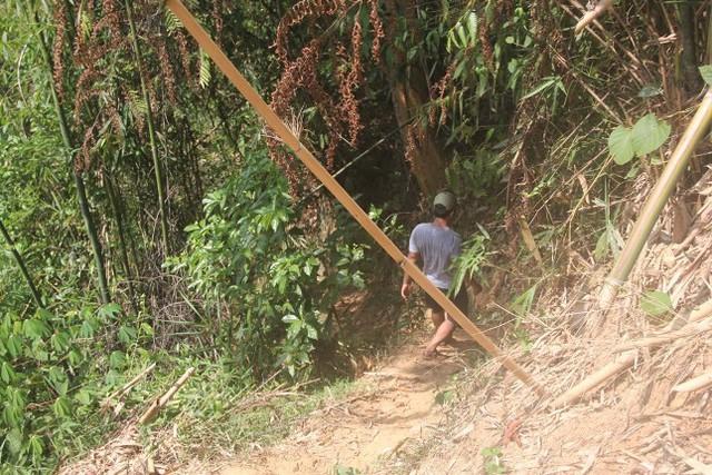 Các điều tra viên phải băng rừng, lội suối phá án. Ảnh CTV