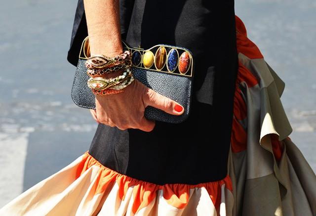 2. Đầu tư cho phụ kiện. Đừng tốn quá nhiều chi phí mua sắm quần áo mới vào dịp tết vì bạn có thể đối diện nguy cơ rỗng túi ngay đầu xuân. Thay vào đó hãy tập trung cho các kiểu phụ kiện sành điệu mà không quá đắt đỏ như vòng tay layer, trang sức bản lớn, túi xách tua rua hay giày cao gót màu sắc khác lạ…