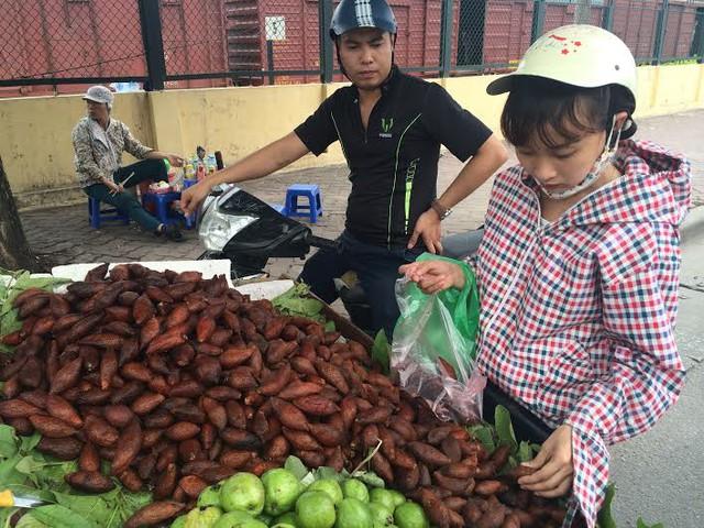 Mây Thái, quả lạ, màu nâu đỏ, nhiều gai, loạn giá, Hà Nội, hét giá, Thái Lan, dân bán hoa quả dạo, mây-Thái, quả-lạ, màu-nâu-đỏ, nhiều-gai, loạn-giá, Hà-Nội, hét-giá, Thái-Lan, dân-bán-hoa-quả-dạo
