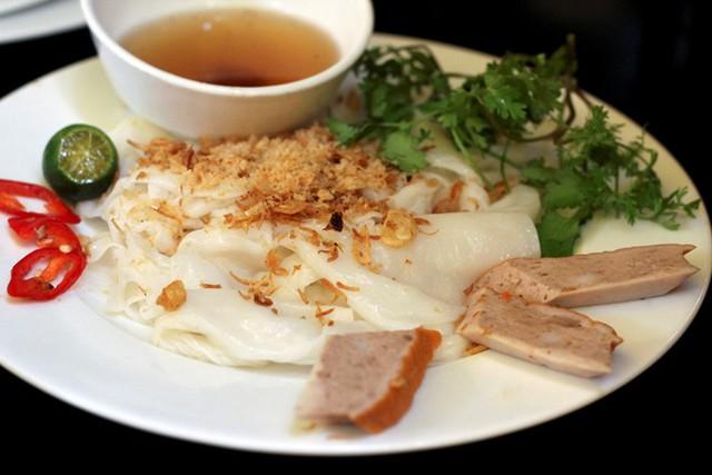 3. Bánh cuốn: Đây là món đặc sản của miền Bắc Việt Nam. Lớp bánh mỏng bao quanh nhân thịt băm mộc nhĩ được hấp chín, ăn kèm chả và nước mắm.