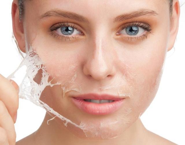 3. Tẩy tế bào chết. Bạn chỉ nên tẩy tế bào chết cho da khoảng 2 – 3 lần một tuần. Lưu ý không chà xát quá nhiều các vùng da mỏng, nhạy cảm vì có thể làm da mất độ ẩm tự nhiên, dễ bị kích ứng…