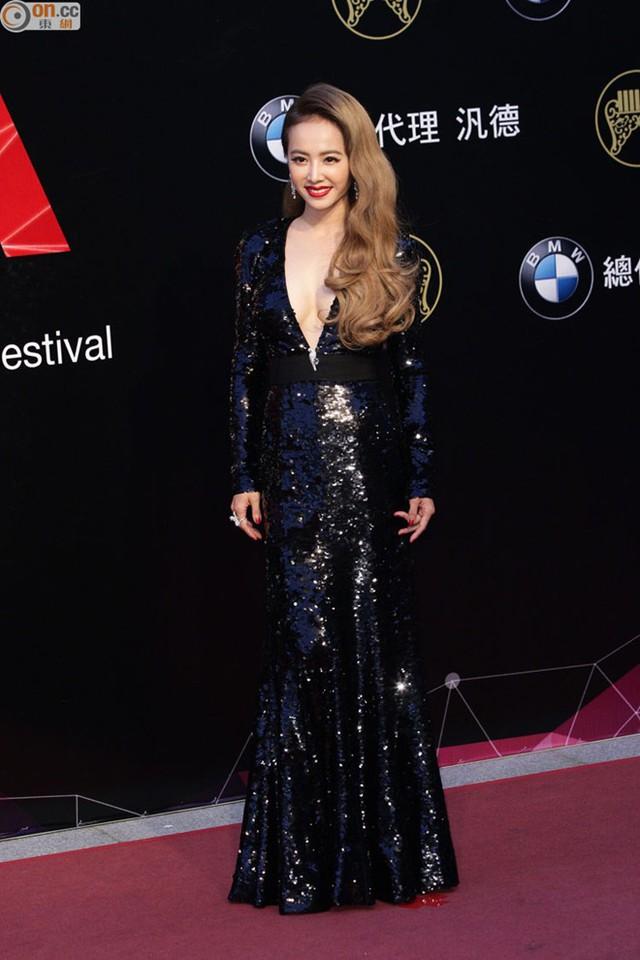 """Nữ ca sĩ cho biết khi lựa chọn bộ váy này cô rất đắn đo và chỉ quyết định mặc sau khi thực hiện nhiều biện pháp """"bảo vệ"""" tránh sự cố hớ hênh."""