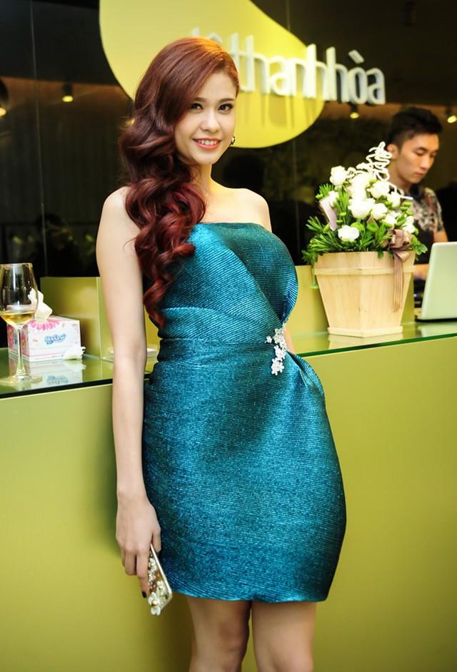 Bà mẹ một con Trương Quỳnh Anh diện bộ đầm nằm trong BST mới của Lê Thanh Hòa. Thiết kế gam màu xanh cobalt tôn nước da trắng và dáng người cân đối của bà xã ca sĩ Tim.