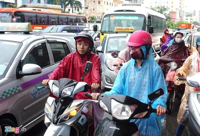 Theo quan sát của Zing.vn, tình trạng tắc đường bắt đầu trong cơn mưa và kéo dài hơn 1 giờ sau đó.