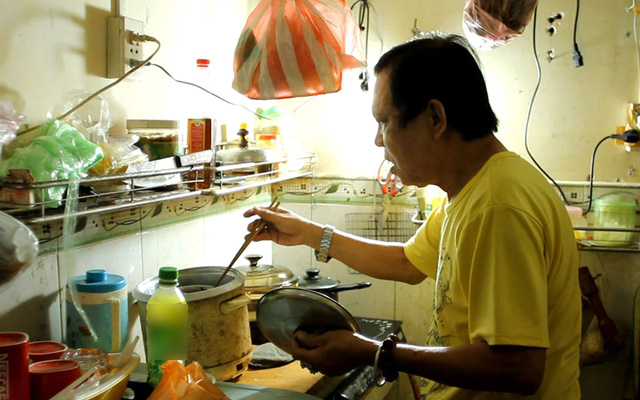Giờ nhạc sĩ có thể tự mình nấu nướng mà không cần sự giúp đỡ của người vợ cũ