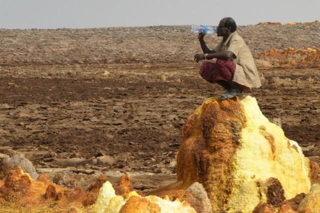 Một người Afad nghỉ ngơi trên các mỏ khoáng sản có giá trị ở Dallol.