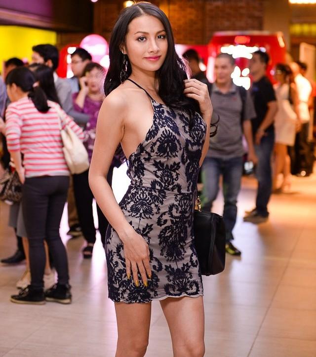 Nữ diễn viên Ya Ya Trương Nhi gây chú ý trong thiết kế dạng yếm, giúp người đẹp khoe chân thon và vóc dáng gợi cảm trên thảm đỏ. Sắp tới, cô sẽ tái ngộ khán giả màn ảnh rộng trong phim kinh dị Ám ảnh, dự kiến ra mắt tại các rạp vào tháng 9/2015