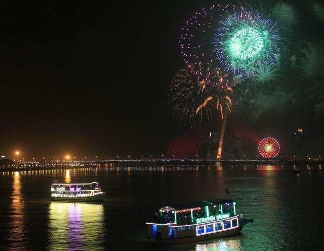 Dưới sông Hàn, nhiều du khách chọn tàu du lịch để xem pháo hoa...