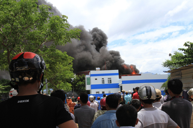 Lực lượng PCCC TP Đà Nẵng phải dùng xe thang để tiếp cận đám cháy từ trên cao...
