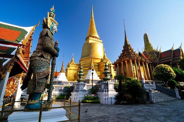 Tháp vàng chùa Phật Ngọc, Bangkok, Thái Lan: Quần thể chùa Phật Ngọc nằm trong khuôn viên cung điện hoàng gia Thái Lan. Ngôi Tháp lớn nhất là Phra Si Rattana Chedi được dát hàng triệu lá vàng chuyển về từ Italy.