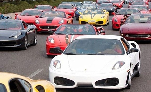 4. Siêu xe nhan nhản trên đường: Nếu ở quốc gia hay vùng đất khác, hẳn một chiếc siêu xe sẽ khiến mọi người phải ngoái đầu nhìn. Ở Dubai thì số lượng siêu xe quá nhiều, chỉ khách du lịch mới thấy sững sờ và ngạc nhiên.