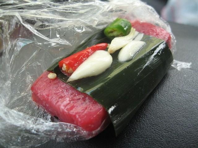 4. Nem chua: Nem chua là thịt lợn sống lên men, nó có vị chua chua, ngọt ngọt và cay cay. Đây thường là món ăn phụ hoặc món ăn vặt của người Việt.
