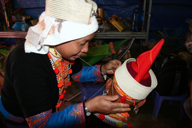 Phụ nữ Dao đỏ ở Sì Lờ Dầu nhổ tóc cho nhau. Ảnh: P.B