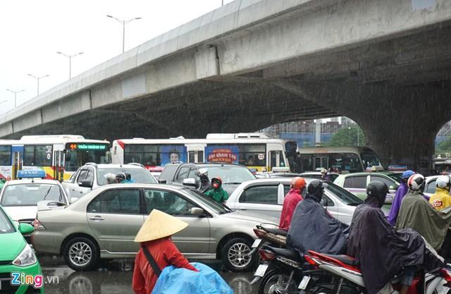 Dòng người chen chúc trong mưa dưới gầm đường cao tốc.Do không có cảnh sát giao thông túc trực nên