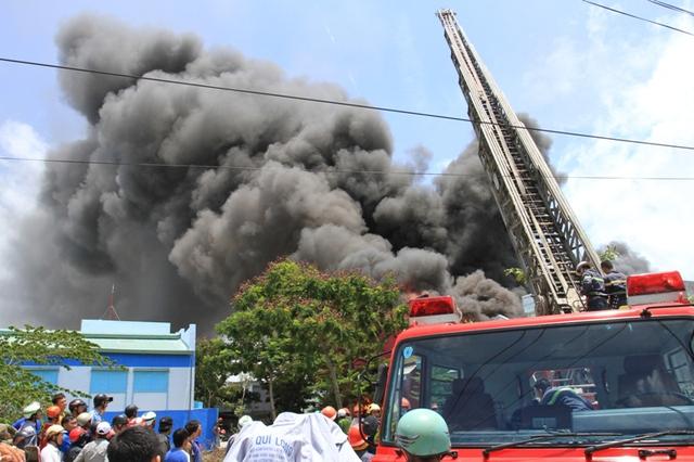 Lực lượng PCCC TP.Đà Nẵng phải dùng xe thang để tiếp cận đám cháy từ trên cao...