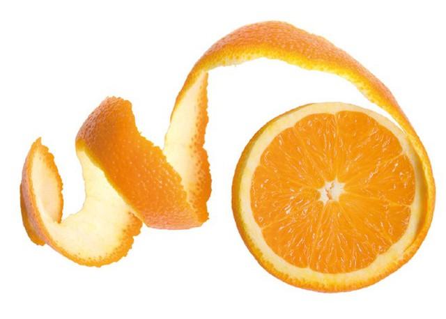 Nhờ khả năng làm se da, loại bỏ tế bào da chết và thải loại dầu làm tắc lỗ chân lông nên vỏ cam đã được dùng như 1 phương thuốc đặc trị mụn.