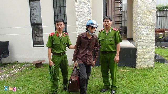 Đoạt mạng 6 người trong gia đình ông Mỹ xong, Tiến ra lấy xe máy còn Dương mang ba lô chứa hung khí, tài sản lấy được trong nhà nạn nhân rồi tẩu thoát.